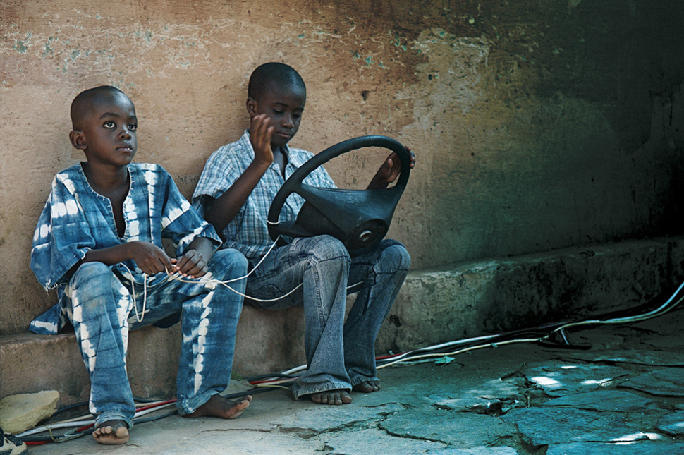 © Fabrice Boutin - Blue Africa - 2 kids playing in Bamako - Mali