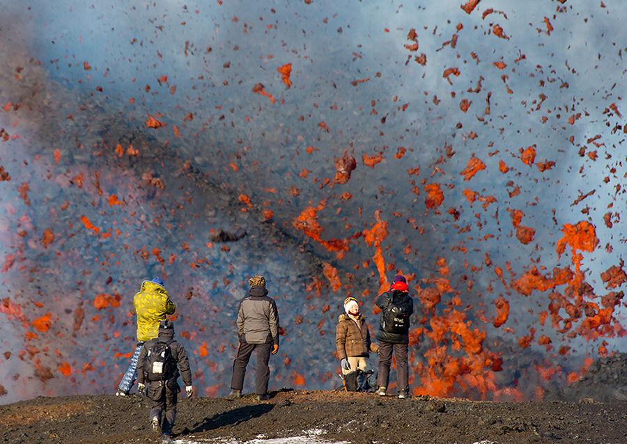 © Денис Будьков - Tourists and lava